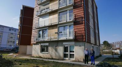 Le bâtiment Chamarel, situé dans le quartier populaire des Barges à Vaulx-en-Velin, a été conçu sur 4 étages avec l'appui d'un cabinet d'architecte spécialisé en éco-construction. © L. Piazza