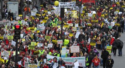 Photo : Sébastien Le Clézio. La manifestation Ni pauvres ni soumis, le 29 mars 2008, avait rassemblé entre 16 000 et 32 000 personnes à Paris pour demander que l'AAH (allocation adulte handicapé) soit équivalente au salaire minimum.