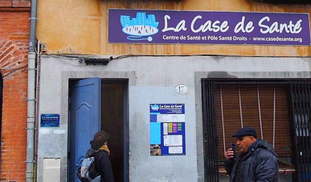 La Case de santé se niche entre les petits commerces et les restaurants de la place du quartier Arnaud-Bernard (crédit : Florence Brau).