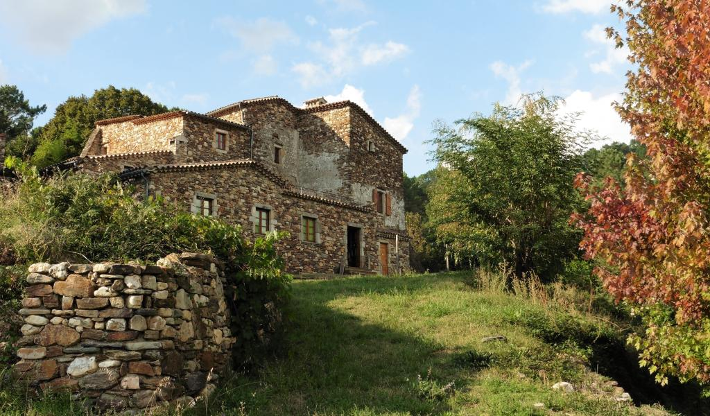 La maison Abraham Mazel surplombe la vallée du Gardon de Mialet, dans les Cévennes ardoises. © P. Isnard-Dupuy