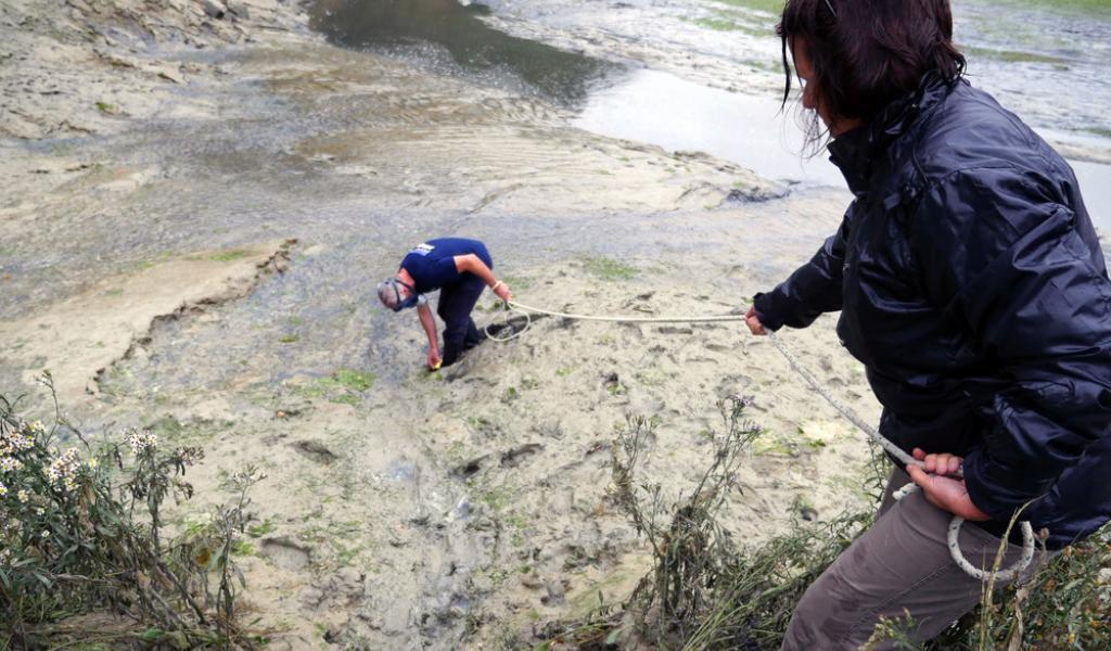 Crédit Sauvegarde du Trégor. Yves-Marie Le Lay faisant des analyses dans l'estuaire du Gouessant.