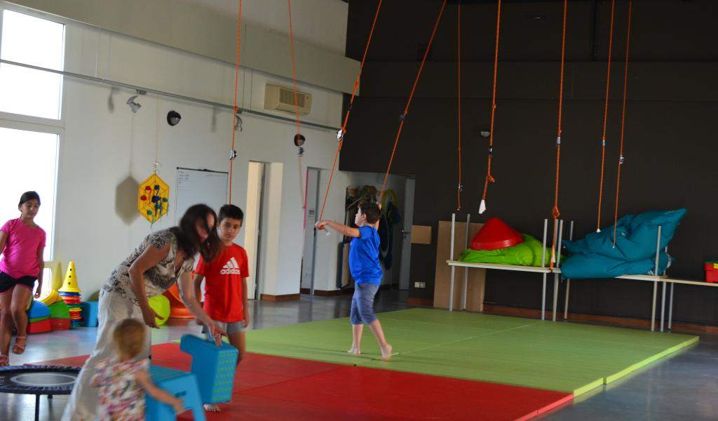 La lumineuse pièce de motricité à l'entrée laisse tout le loisir aux enfants de s'exprimer. © C. Cammarata