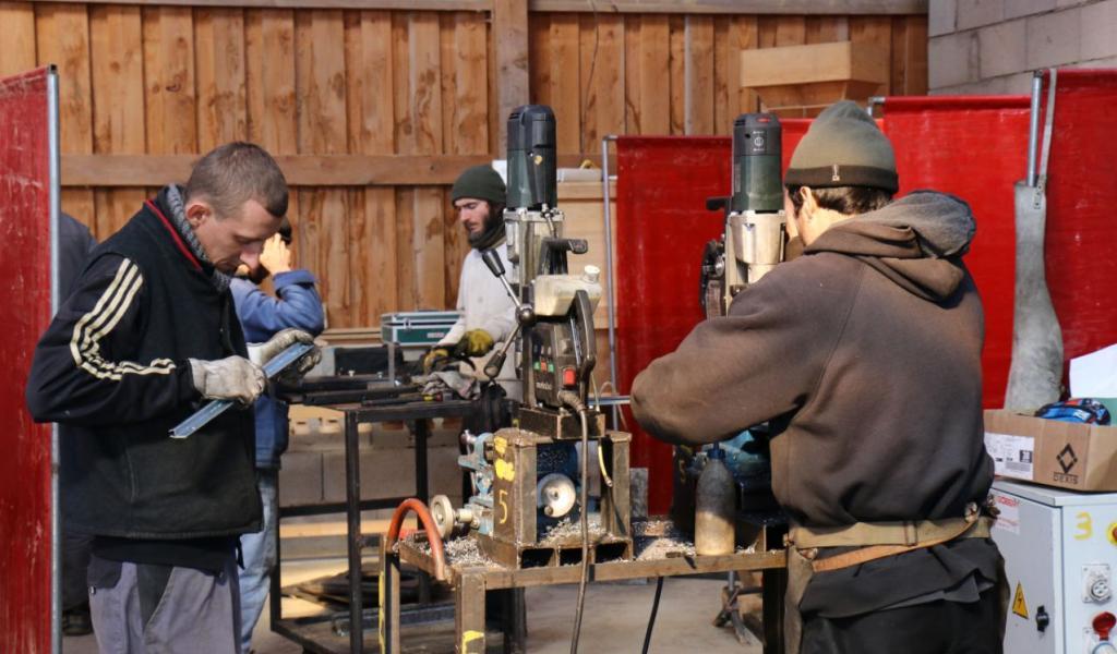 Durant les quatre jours de stage, chacun des participants de l'Atelier paysan travaille sur un outil qu'il ramènera chez lui - Crédit : J.Pain