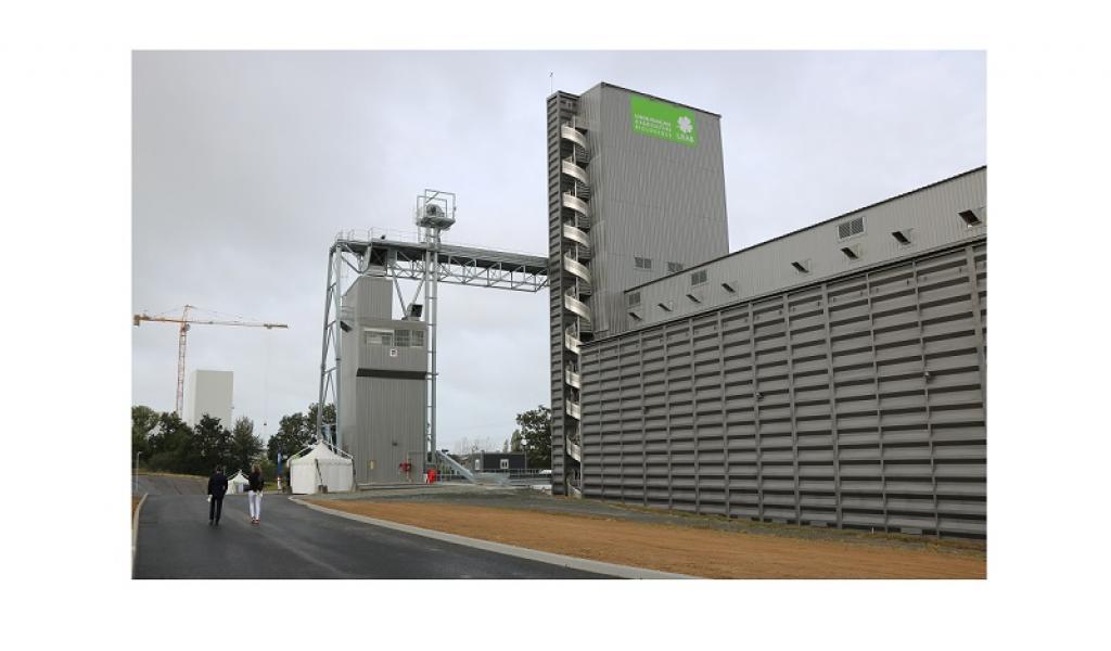 Bâtiment avec sa tour de 42m de hauteur, ses 2 séchoirs et 20 cellules de stockage - Crédit photo Le Gouessant