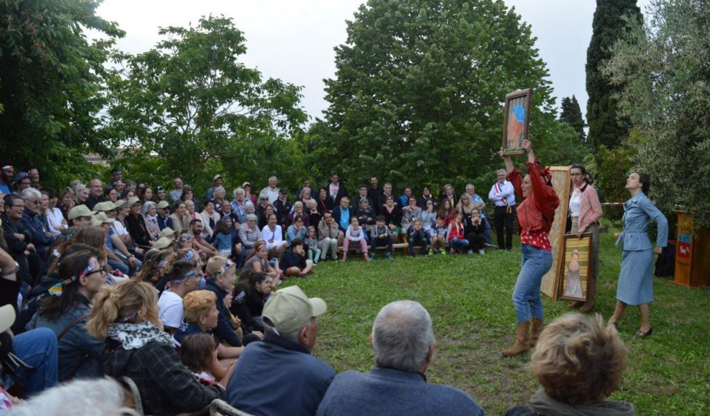 Les Boudeuses interprètent une scénette sur l'histoire d'Arzens (11) à travers leurs personnages respectifs. © E. Potente