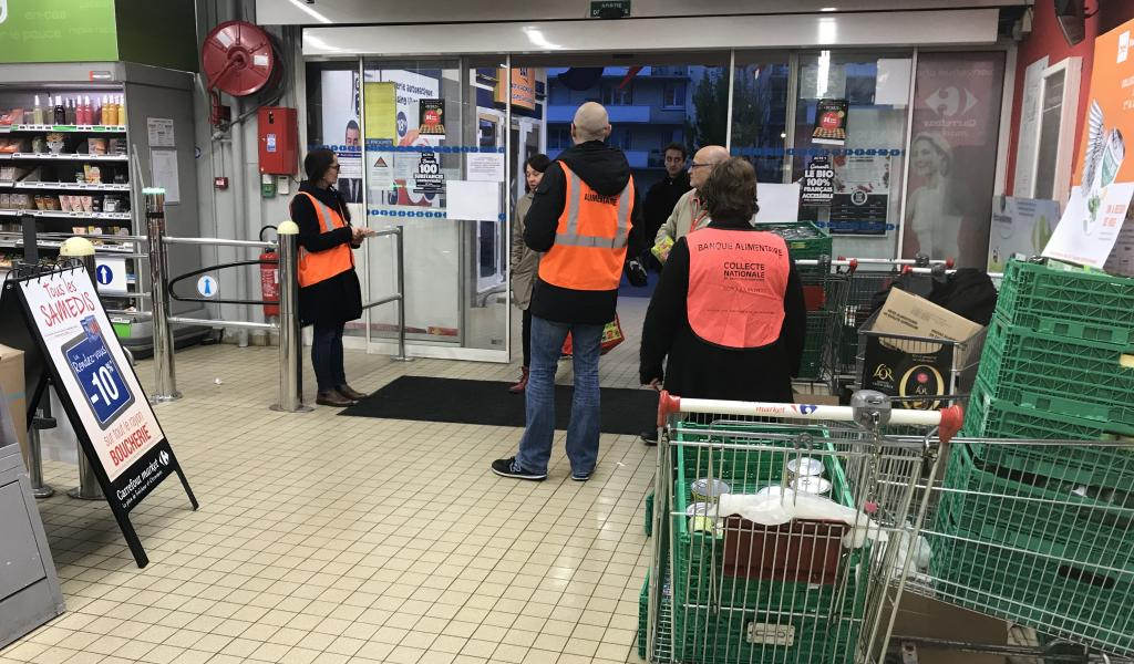Collecte alimentaire par la Banque alimentaire dans un Carrefour Market à Villeurbanne. Crédit : Creative Commons