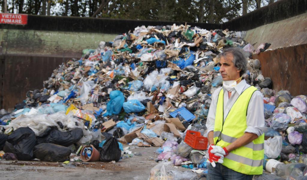 Chaque année, gérer la fin de vie des emballages, repas, jouets et autres objets du quotidien coûte 16,7 milliards d'euros aux communes françaises. © Emily Estienne