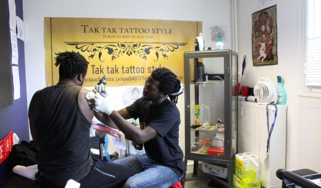 En janvier dernier Jean-Jacques Ateni, 26 ans, a aménagé son salon de tatouage dans le centre d'affaires du Blosne pour proposer ses services au cœur de son quartier © V. Jourdan