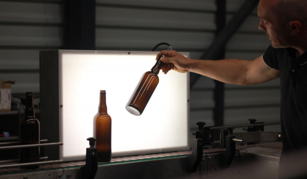 La mireuse permet, lorsqu'une bouteille est passée dans la laveuse, de vérifier sa propreté et son état général (crédit : Élodie Horn)
