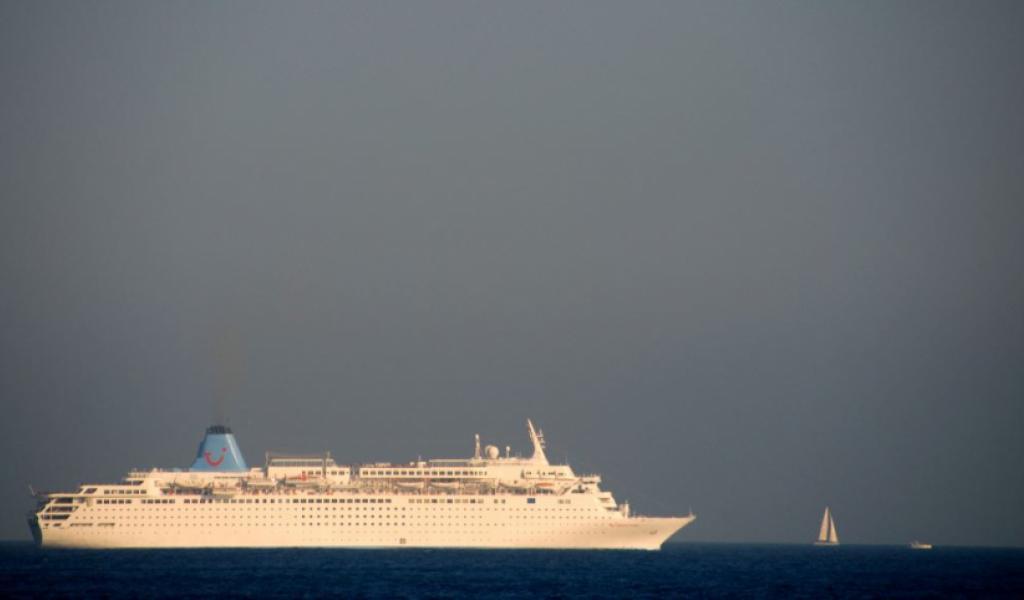 Navire croisant au large de Nice  © Vincent Delotte