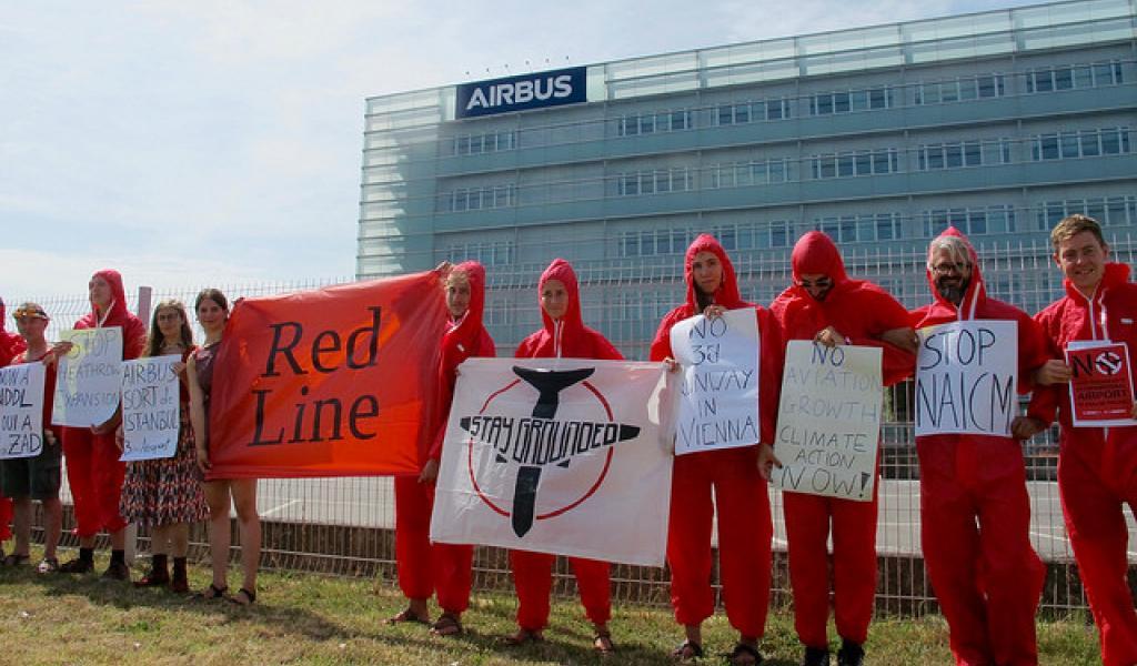 Des militant-e-s ont tracé une ligne rouge à ne pas dépasser devant le siège d'Airbus, à Toulouse, le 27 août dernier - DR