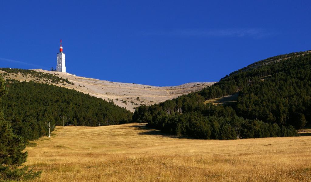 C'est au pied du Mont Ventoux que l'entreprise Vanhaerents Development prévoit la construction d'un complexe hôtelier. Des acteurs locaux s'y opposent. Crédits : Julien David