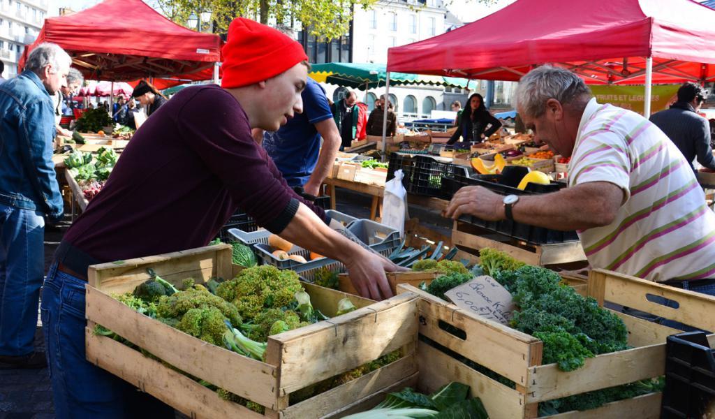 Coiffés de leur bonnet rouge, les Glaneurs du marché des Lices de Rennes récupèrent les invendus pour les redistribuer gratuitement. © E. Veyssié