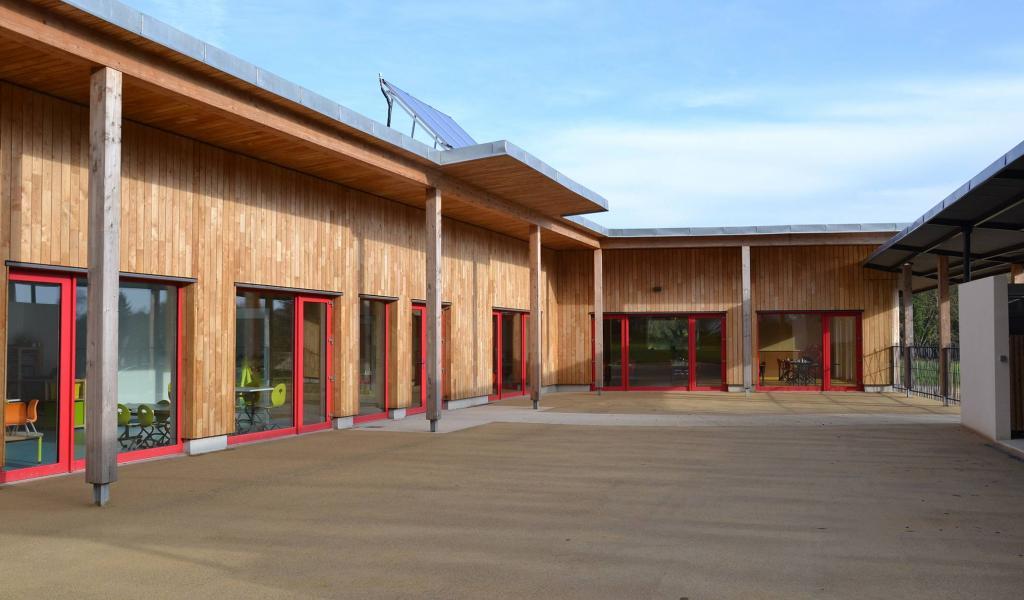 Lauréat des Trophées bretons du développement durable en 2017, le pôle jeunesse de Quistinic est un bâtiment passif construit en bois pour l'ossature, paille pour l'isolation et terre pour les enduits mais aussi liège, et puise dans sa conception l'énergie pour se chauffer l'hiver et rester frais l'été - Deverna Architectes