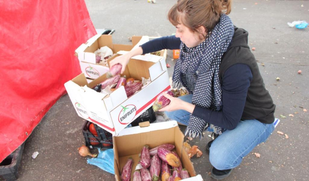 À la fin du marché, Antinéa Dugua glâne un maximum de produits en triant sur place les plus âbimés - e.Horn
