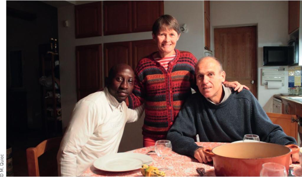 Xavier et Stéphanie Lenhardt chez eux avec Barry, un demandeur d'asile guinéen qu'ils accueillent pedant 6semaines © M. Quioc