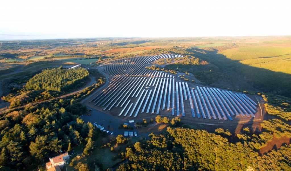 Le parc Lé Camazou, situé sur le site de l'ancienne mine d'or de Villanière, dans l'Aude, accueille 46 000 modules photovoltaïques polycristallins de 260 Wc (SILLIA VL). La puissance totale installée est de 12 mégawatts-crête (Mwc) sur 20 hectares. Le groupe RES, qui gère le site, envisage une production annuelle de 14 millions de Kwh, soit l'équivalent de la consommation électrique de près de 7 000 personnes.© B2i