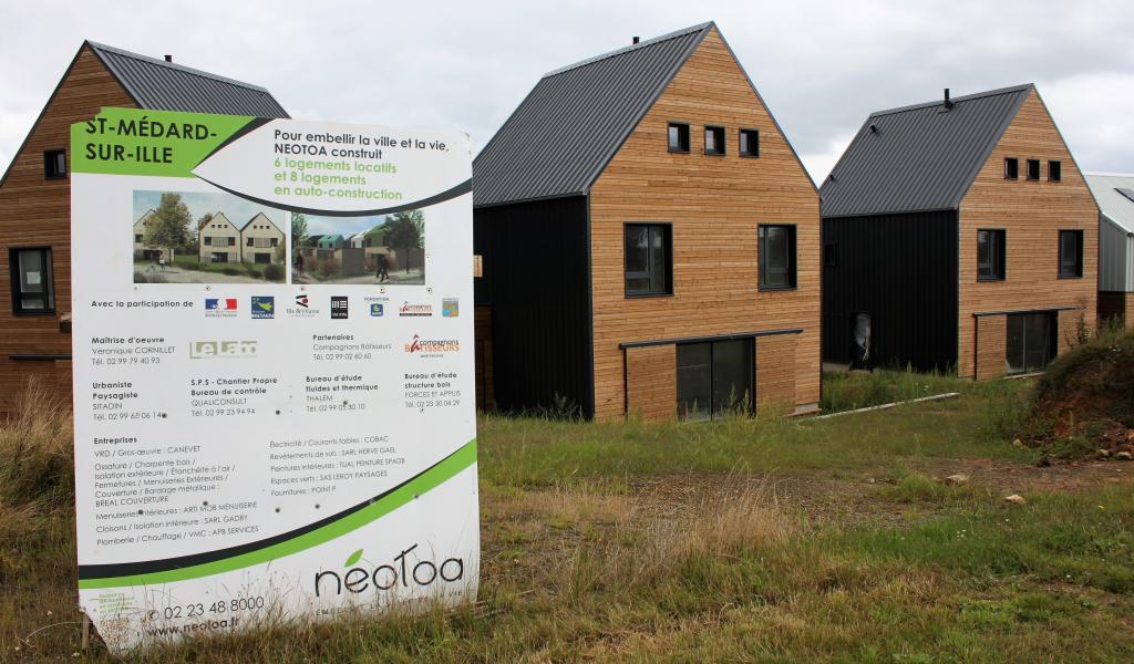 Les huit maisons auto-construites intègrent le lotissement communal Les Poiriers de Saint-Médard-sur-Ille (35), par ailleurs composé de six logements en locatif social et 27 lots libres. © S. Biju