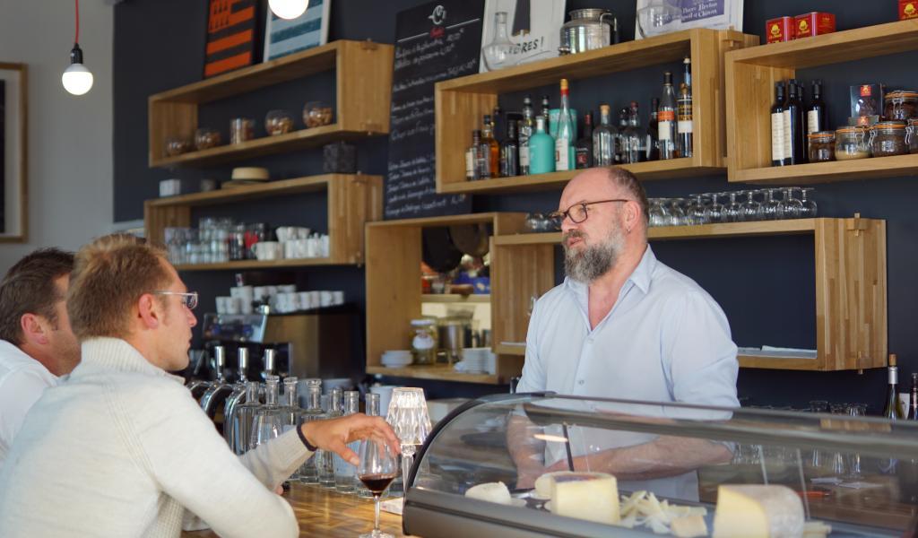 Dans son restaurant Le Comptoir du théâtre, à Quimper, Xavier Hamon propose des plats concoctés à partir de produits locaux, en voie de disparition. Crédit : B. Vandestick
