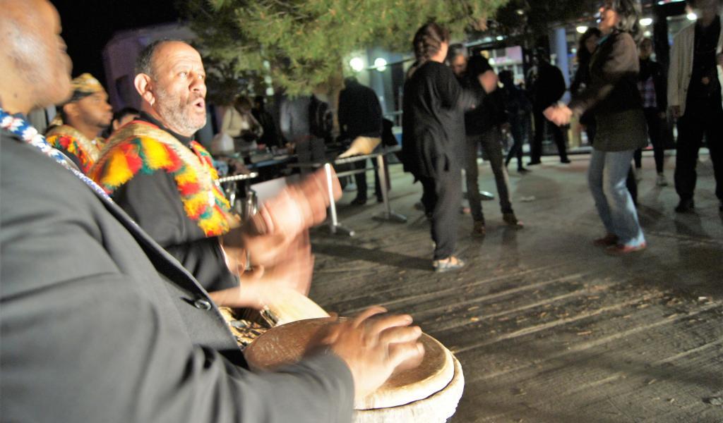La « Faites » de la fraternité s'est déroulée les 5 et 6 mai derniers au Théâtre Toursky, à Marseille. Objectif : réaffirmer que les théâtres sont des lieux de partage et d'échange fraternels entre les cultures. Ici, la soirée du 5 mai qui se termine au son des percussion africaines. © F. Delotte