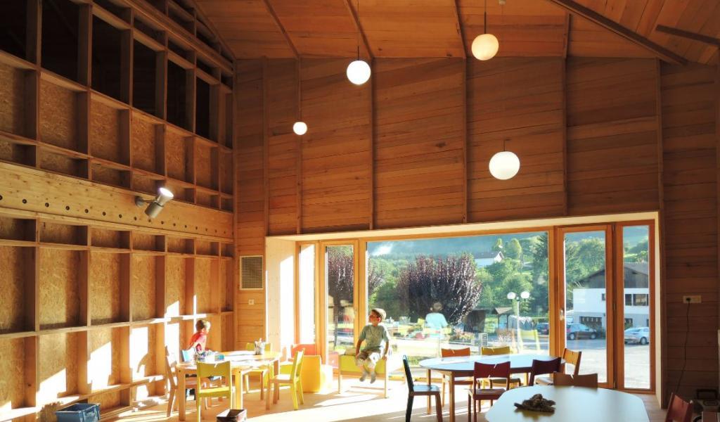 Des bâtiments économes en moyen, confortables et en accord avec le territoire dans lequel ils s'inscrivent: tels sont les défis de l'architecture frugale. Ici, le centre périscolaire de Tendon, réalisé par l'Atelier d'architecture HAHA. © HAHA