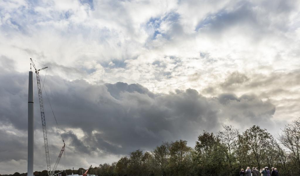 Montage de l'éolienne en  novembre 2015. Crédits Photos : Isac-Watts