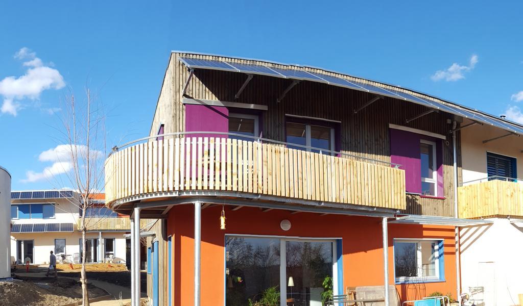 Les Colibres, à Forcalquier, est un habitat participatif groupé construit en ossature bois avec isolation en panneaux de chanvre local. En brise-soleil, 96 m² de panneaux photovoltaïques permettent aux habitants d'autoconsommer l'électricité produite. © Atelier OSTRAKA